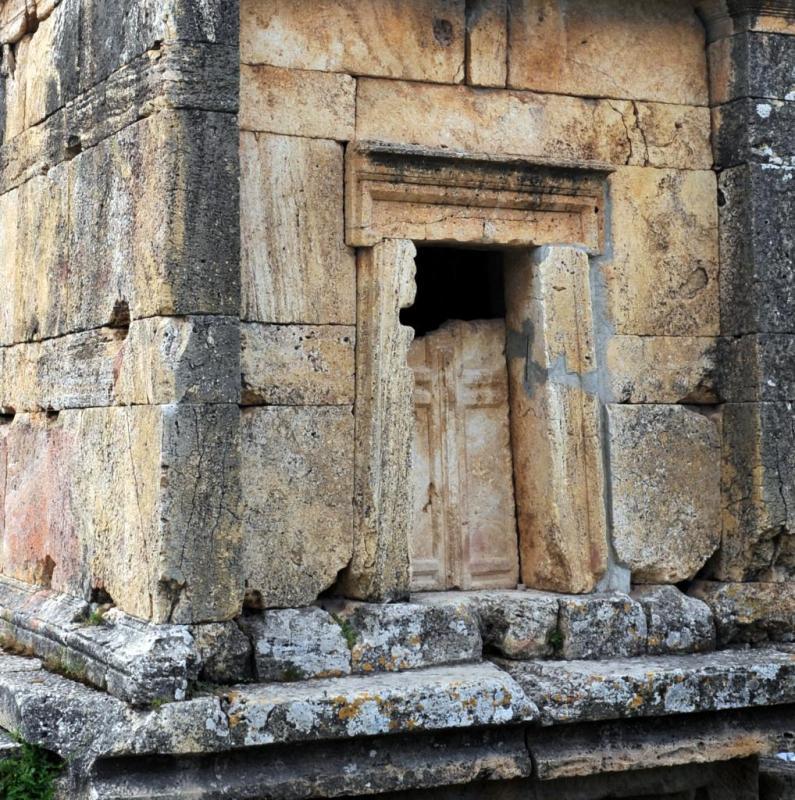 Porte d'un tombeau