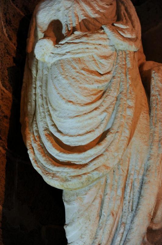 Détail d'une statue de l'enceinte