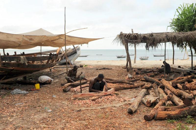 Hommes fabriquant les barques traditionnelles, dows ou ngalawas