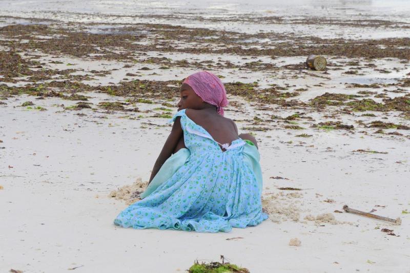 Fillette sur la plage de Nungwi