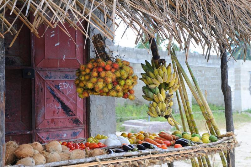 Marchand de fruits dans le village de Nungwi